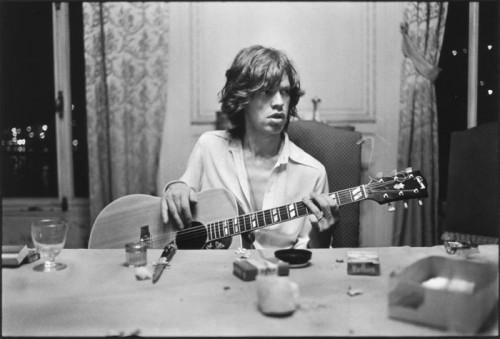 Dominique Tarlé Mick Jagger guitare à table