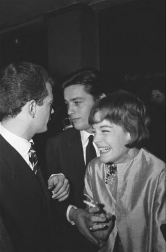 Le tout Paris venu applaudir Edith PIAF à l'Olympia : dans la salle, Romy SCHNEIDER, éclatant de rire, avec Alain DELON.