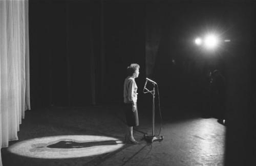 Edith PIAF à l'Olympia, sur scène de profil.