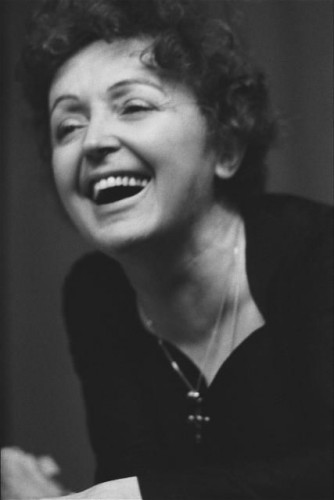 Portrait d'Edith PIAF riant.