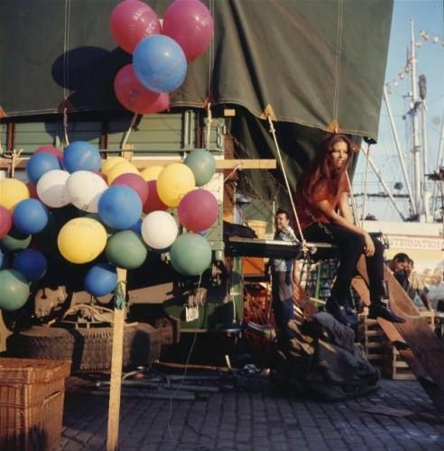 """Le film """"Le PLUS GRAND CIRQUE DU MONDE"""" de Henry Hathaway tourné en ESPAGNE : plan de face de Claudia CARDINALE assise à l'arrière d'une caravane lors d'une pause."""