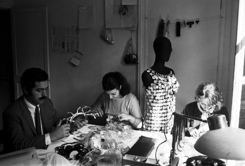 Paco RABANE dans l'atelier de couture