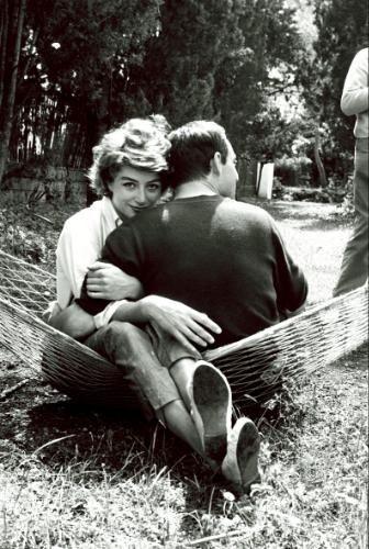 """Anouk AIMEE et Maurice RONET assis l'un contre l'autre dans un hamac. Maurice RONET est la vedette de """"Liberté I"""", d'Yves CIAMPI, en compétition. Cannes 1962."""