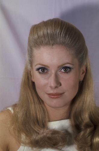 """Plan de face souriant de Catherine DENEUVE les cheveux tirés en arrière entre deux plans sur le tournage du film """"Manon 70"""" de Jean AUREL."""