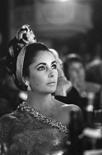Décembre 1964 - la premiére parisienne du Lido --- Elizabeth TAYLOR en sari d'or de BALENCIAGA, portant une parure de diamants jonquille, dernier cadeau de son mari et coiffée par ALEXANDRE qui s'est inspiré d'un document indien datant du XVI√®me si√