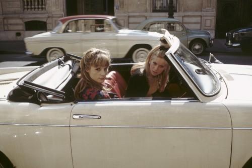 Catherine DENEUVE au volant d'une voiture décapotable avec sa soeur Françoise DORLEAC assise à ses cô