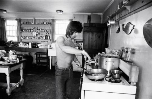 Keith Petit déjeuner  Keith dans la cuisine de la maison d'Andy Warhol (répétitions tournée 1975)