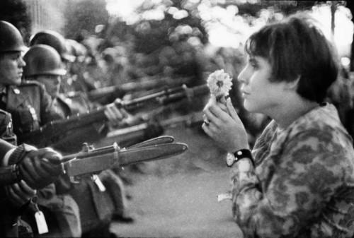 Marc Riboud  La fille à la fleur, Washington, 1967