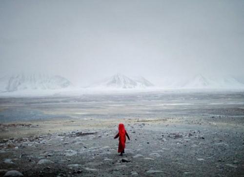 Matthieu Paley janvier 2011. A la tombée de la nuit, Chinor, petite fille du roi des Kirghizes afghan, va chercher un animal égaré. Afghanistan, montagnes du Pamir Afghan (4300m),