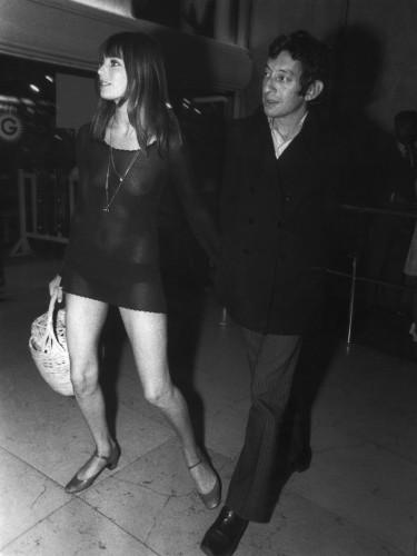 Jane Birkin et Serge Gainsbourg qui arrivent à la première du film Slogan en 1969