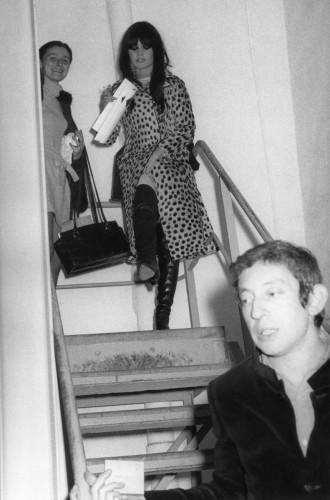 """Brigitte Bardot et Serge Gainsbourg sortant de l'enregistrement de l'émission TV """"Le Bardot Show"""" en 1967"""
