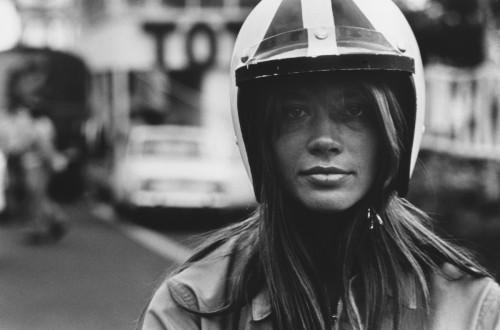 """Françoise Hardy, tournage """"Le Grand Prix"""" (John Frankenheimer), 1966 (©François gragnon/ La Galerie de l'Instant)"""
