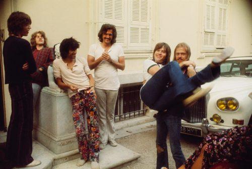 Mick Jagger, Mick Taylor, Keith, Jimmy Miller le producteur, Bobby Keys le saxo dans les bras de Jim Price le trompettiste, Villa Nellcote, Villefranche sur Mer, 1971