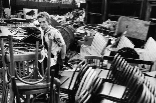 Sex Pistols, Johnny Rotten, Chalet du Lac de Vincennes, 1976 (© Dominique Tarlé/ La Galerie de l'Instant)