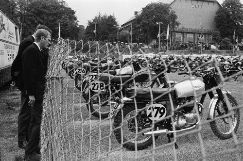 Steve McQueen, Erfurt, RDA,1964 (© François Gragnon / Paris Match / LA Galerie de l'Instant)