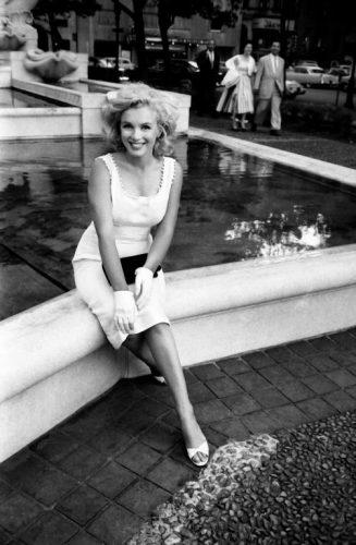 Marilyn Monroe, Devant le Plaza Athénée, New York, Mai 1957, Sam SHAW (©Sam SHAW, courtesy Galerie de l'Instant, Paris)