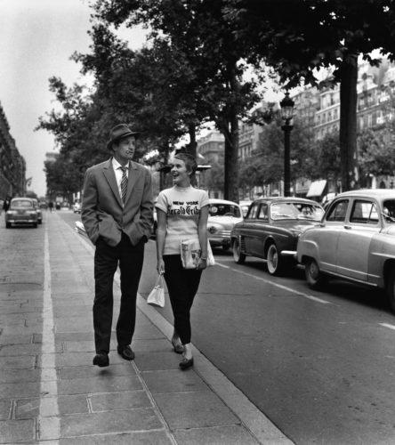 A bout de souffle - Jean-Luc Godard -1959 Jean-Paul Belmondo, Jean Seberg Champs Elysees Paris (©RAYMOND CAUCHETIER/ LA GALERIE DE L'INSTANT)