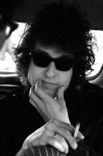 Bob Dylan en route vers l'Olympia pour son concert a l'Olympia le 24 Mai 1966.