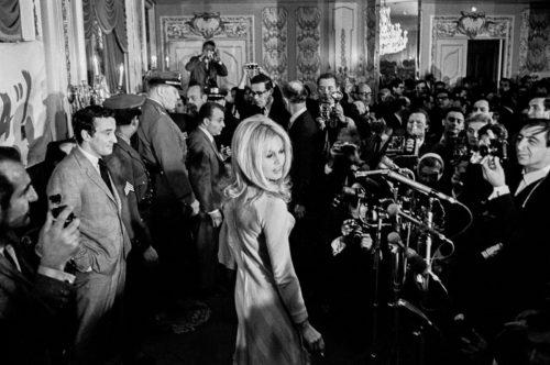 Jean Pierre Laffont photographiant Brigitte Bardot à l'hôtel Plaza pour la promotion de Viva Maria réalisé par Louis Malle NYC, décembre 1965 (©SANTI VISALLI/ LA GALERIE DE L'INSTANT)