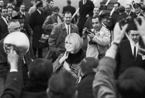Brigitte Bardot arrive à l'hôtel Plaza pour la promotion de Viva Maria réalisé par Louis Malle NYC, décembre 1965 (©JEAN-PIERRE LAFFONT/ LA GALERIE DE L'INSTANT)