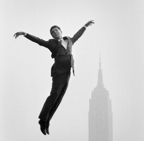 Gilbert Bécaud devant l'Empire State building, NYC, octobre 1966 (©JEAN-PIERRE LAFFONT/ LA GALERIE DE L'INSTANT)