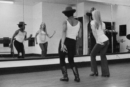 Sylvie Vartan prend un cours de danse avec Jojo Smith à la Jojo Dance Factory à Broadway après après s'être remise des blessures dues à un accident de voiture. NYC, mars 1970