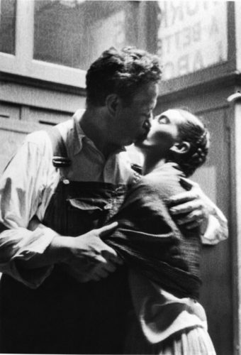 Diego and Frida Caught Kissing, New Workers School, NYC, 1933 (©LUCIENNE BLOCH, COURTESY GALERIE DE L'INSTANT, PARIS)