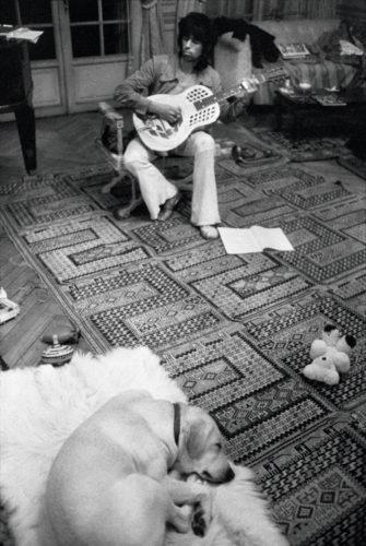 DOMINIQUE TARLÉ, KEITH RICHARDS ET SON CHIEN AOKI, VILLA NELLCOTE, VILLEFRANCHE SUR MER, 1971