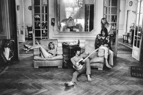 Anita Pallenberg, Keith Richards avec sa Telecaster, Gram Parsons, Gretchen Burrell, Villa Nellcote, Villefranche sur Mer, 1971 (©DOMINIQUE TARLÉ/ LA GALERIE DE L'INSTANT)