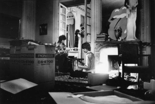 Keith Richards & Mick Jagger, Villa Nellcote, Villefranche sur Mer, 1971 (©DOMINIQUE TARLÉ/ LA GALERIE DE L'INSTANT)