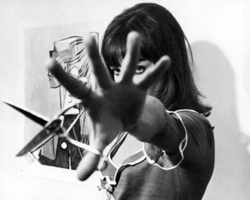 ANNA KARINA SUR LE TOURNAGE D'ALPHAVILLE MISE EN SCÈNE PAR JEAN-LUC GODARD, 1965 (©GEORGES PIERRE, COURTESY LA GALERIE DE L'INSTANT, PARIS)