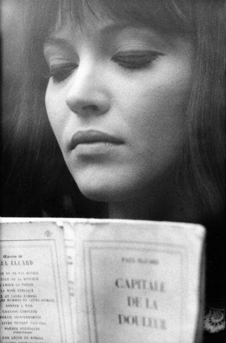 ANNA KARINA, SUR LE TOURNAGE D'ALPHAVILLE MISE EN SCÈNE PAR JEAN-LUC GODARD, 1965 (©GEORGES PIERRE, COURTESY LA GALERIE DE L'INSTANT, PARIS)