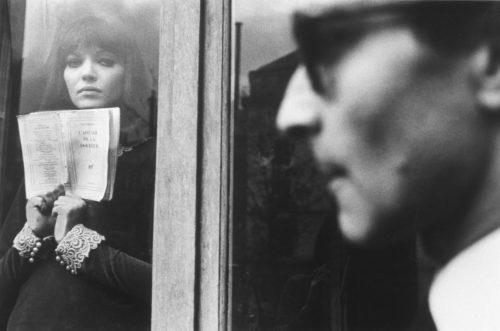 ANNA KARINA ET JEAN-LUC GODARD SUR LE TOURNAGE D'ALPHAVILLE MISE EN SCÈNE PAR JEAN-LUC GODARD, 1965 (©GEORGES PIERRE, COURTESY LA GALERIE DE L'INSTANT, PARIS)