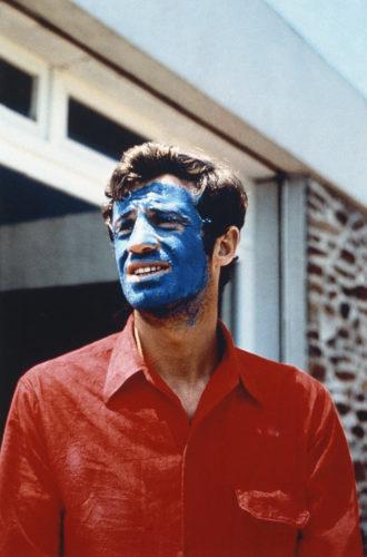 JEAN-PAUL BELMONDO, SUR LE TOURNAGE DE PIERROT LE FOU, MISE EN SCÈNE PAR JEAN-LUC GODARD, 1965 (©GEORGES PIERRE, COURTESY LA GALERIE DE L'INSTANT, PARIS)