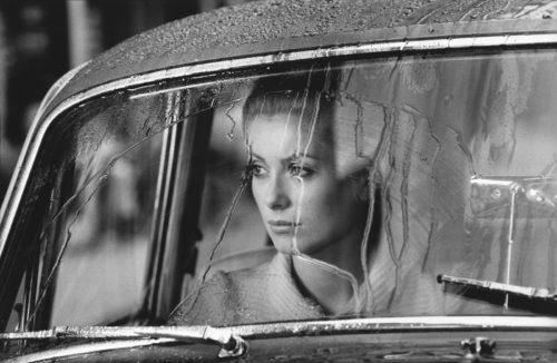 CATHERINE DENEUVE SUR LE TOURNAGE DE MANON 70 MISE EN SCÈNE PAR JEAN AUREL, 1967 (©GEORGES PIERRE, COURTESY LA GALERIE DE L'INSTANT, PARIS)