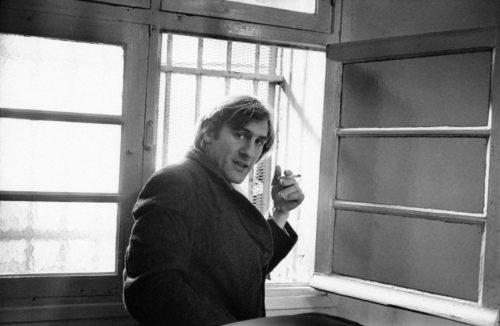 GÉRARD DEPARDIEU SUR LE TOURNAGE DE LE GRAND FRÈRE MISE EN SCÈNE PAR FRANCIS GIROD, 1982 (©GEORGES PIERRE, COURTESY LA GALERIE DE L'INSTANT, PARIS)