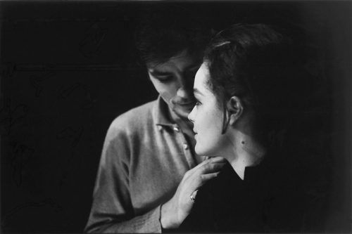 ALAIN DELON VENU EMBRASSER ROMY SCHNEIDER LORS DES RÉPÉTITIONS DE LA MOUETTE MISE EN SCÈNE PAR SASHA PITOËFF, 1961