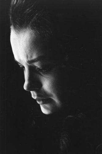 ROMY SCHNEIDER, SUR LE PLATEAU DE LA MOUETTE, MISE EN SCÈNE PAR SASHA PITOËFF, 1961 (©GEORGES PIERRE, COURTESY LA GALERIE DE L'INSTANT, PARIS)